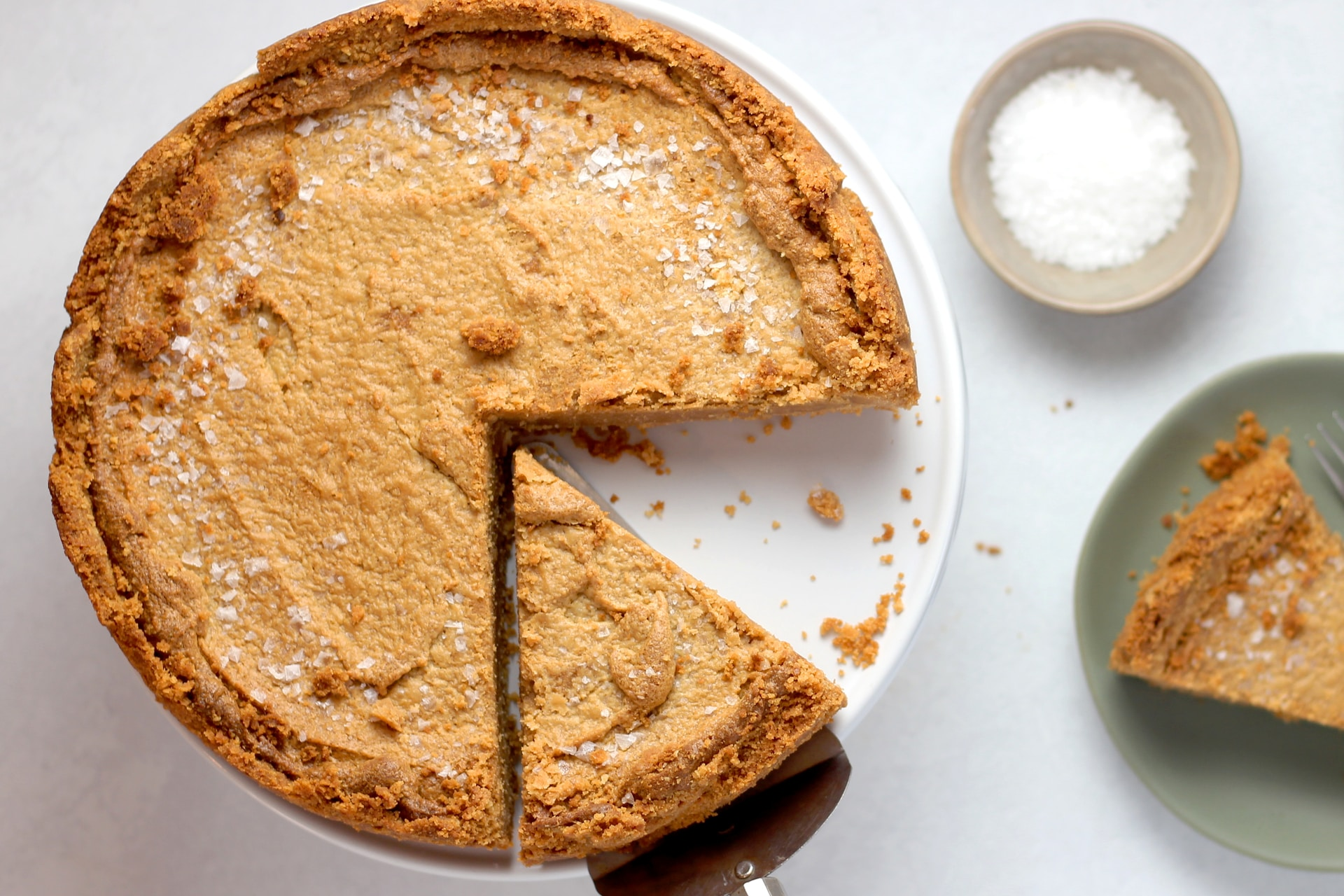 pie on cake stand
