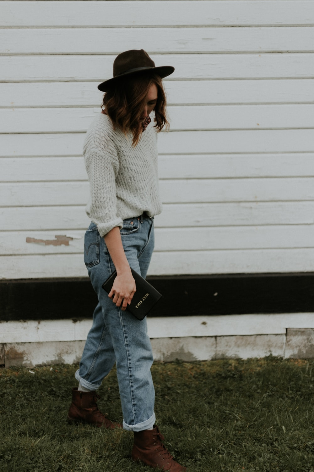 gray long-sleeved shirt and blue denim jeans