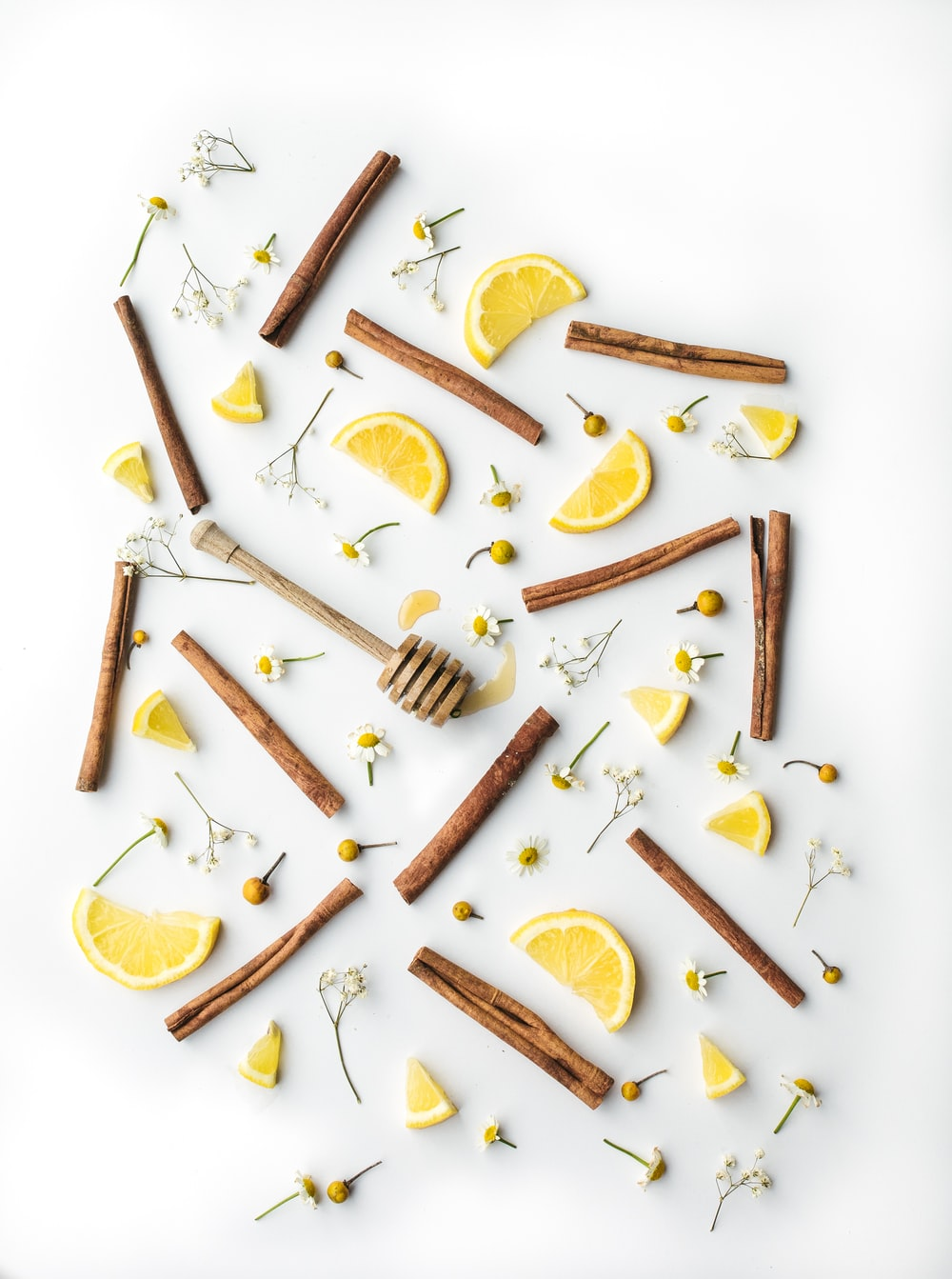 brown sticks and slices of lemons