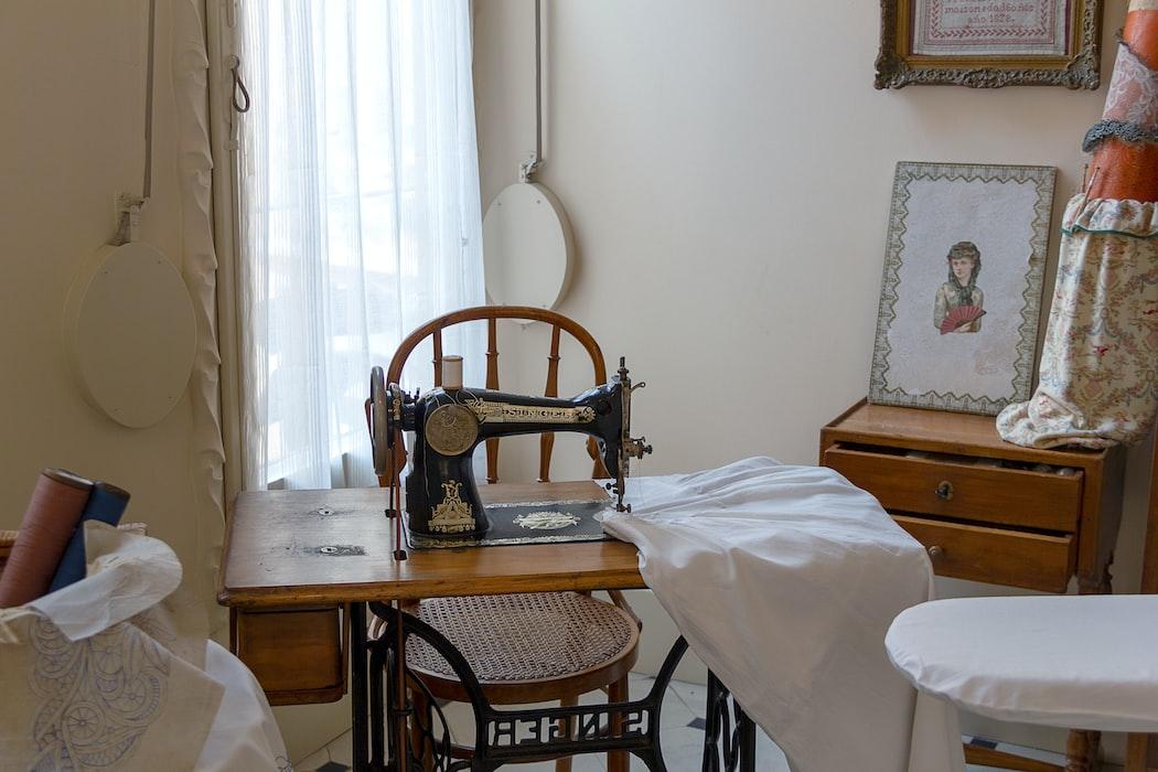 可折叠的缝纫桌子| 5精巧的缝纫桌子的想法