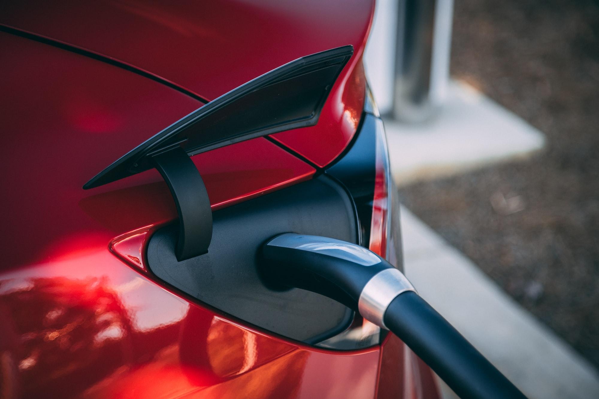 Baterie s vylepšeným složením prodlouží dojezd elektrických aut