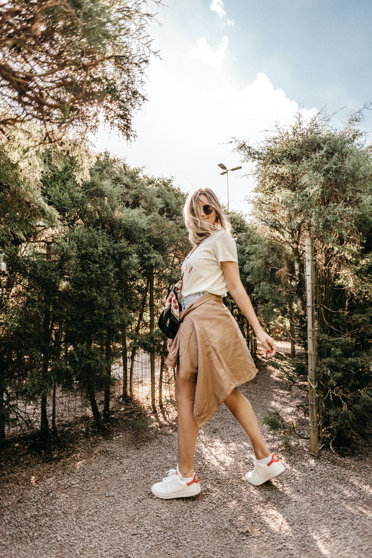 woman wearing hite shirt