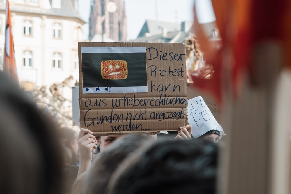person holding Dieser Protest card