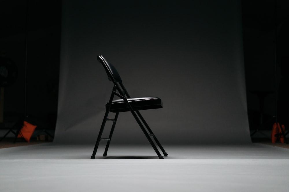 ブラックメタルフレームのパッド入り折りたたみ椅子