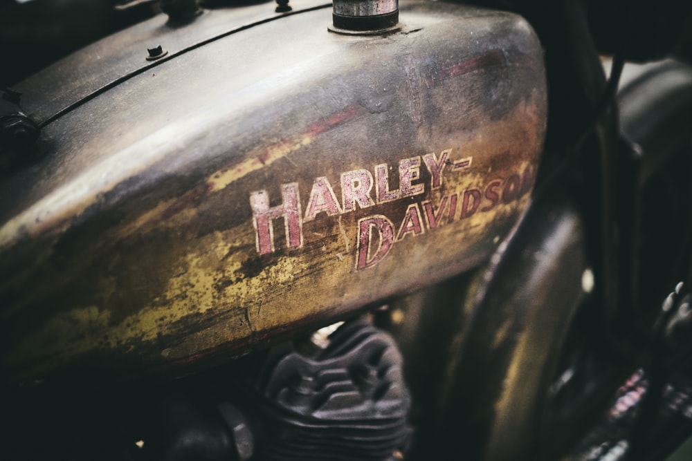 shallow focus photo of brown Harley-Davidson motorcycle gas tank