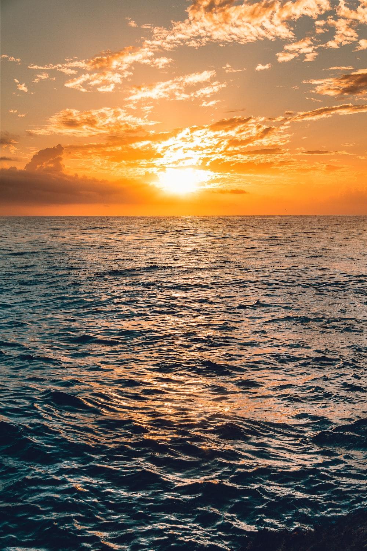 sea under clear blue sky