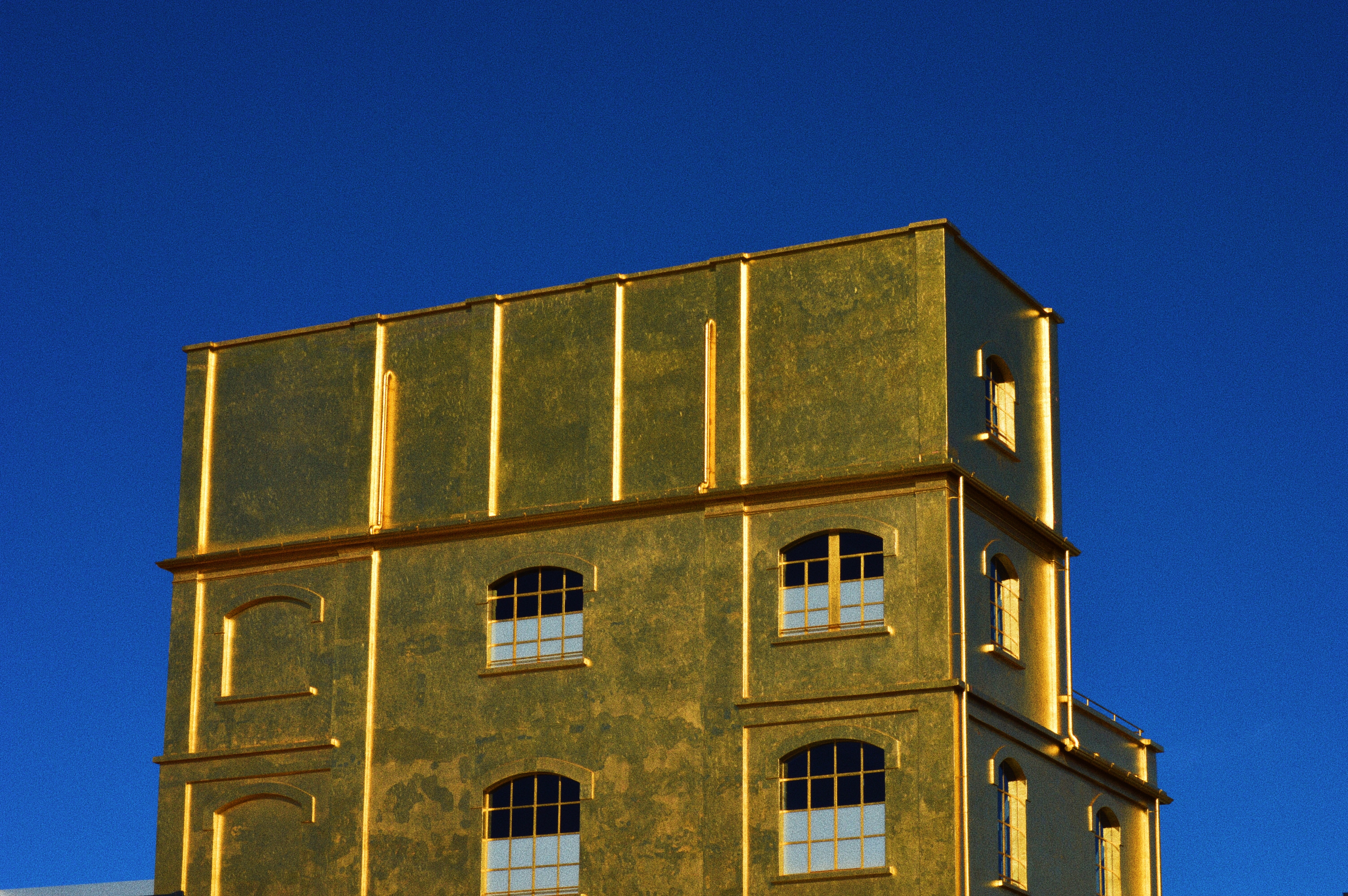 gold-colored building close-up photography