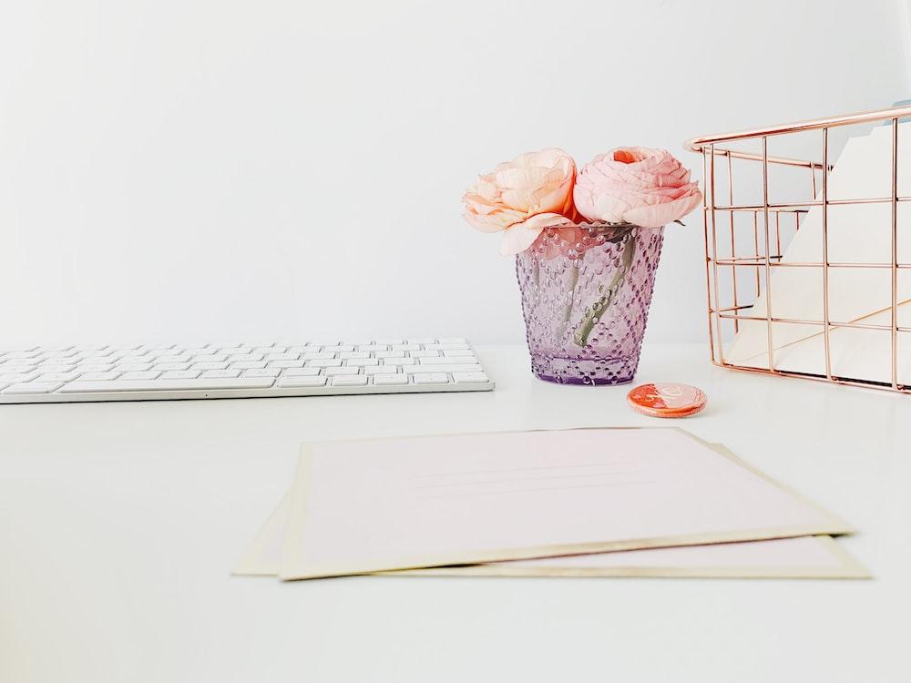 pink-petaled flowers in vase