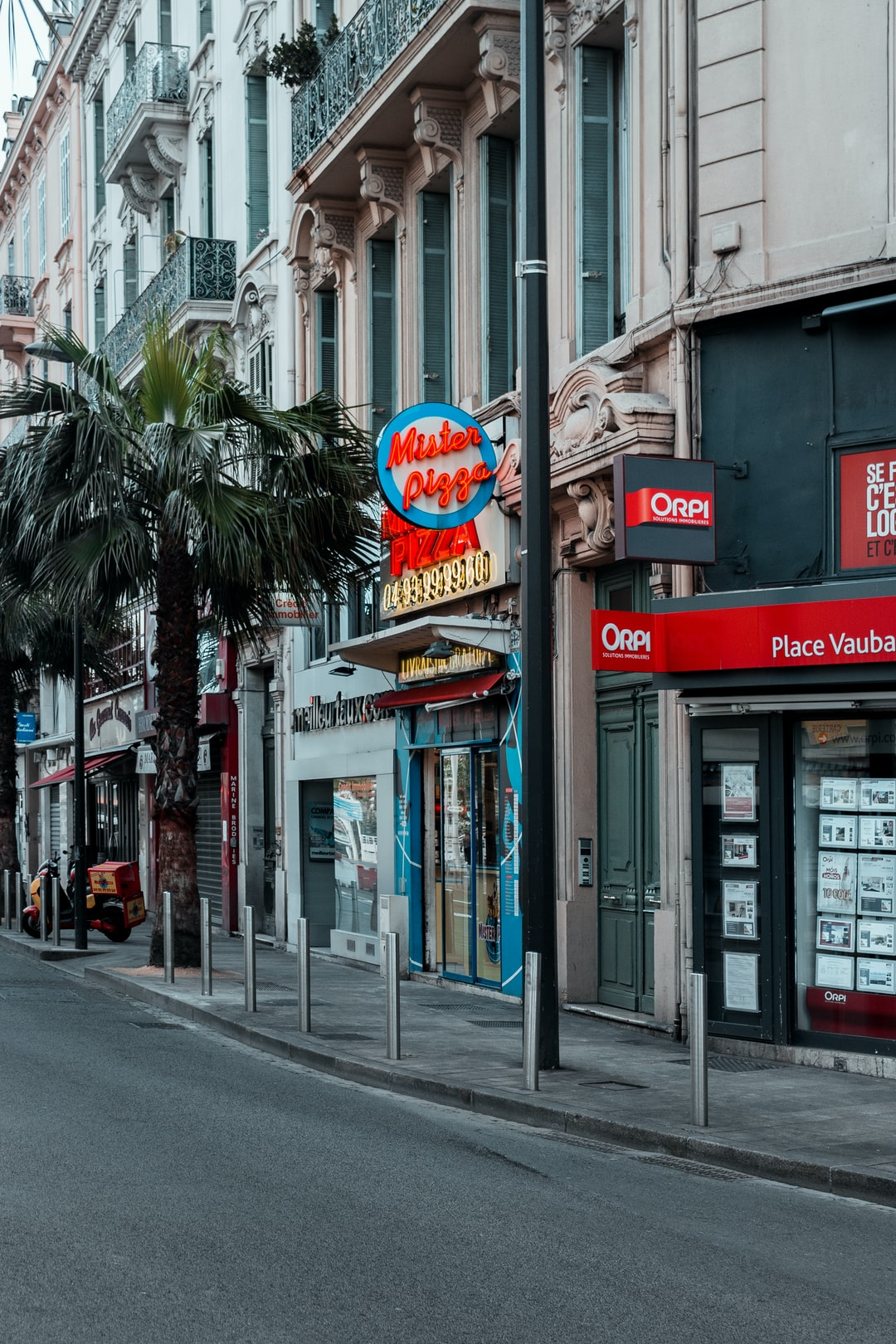Get off the bus in Cannes (canas)