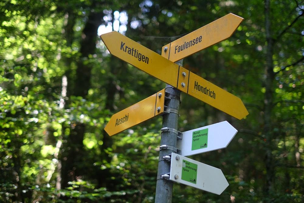 異なる都市方向の道路標識