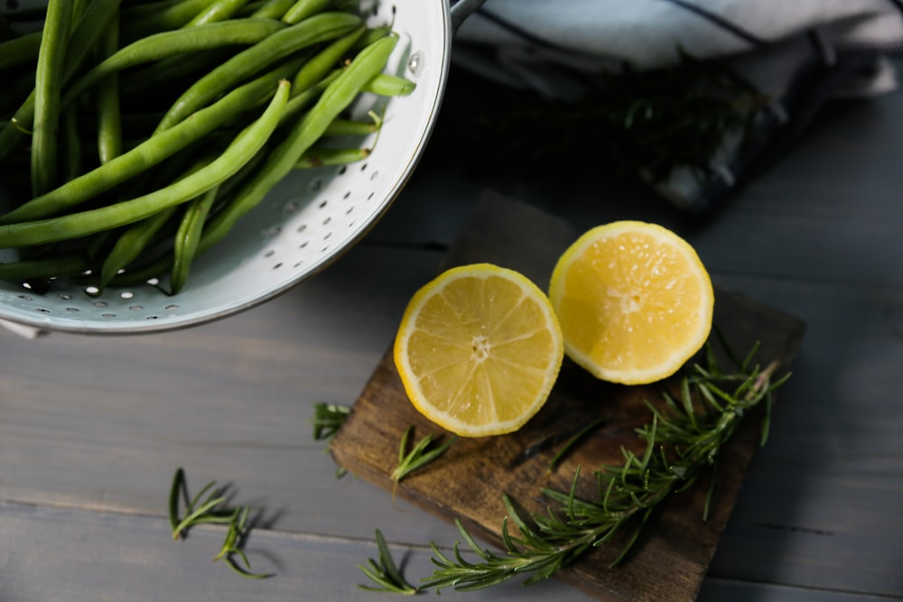 shallow focus photo of sliced lemons