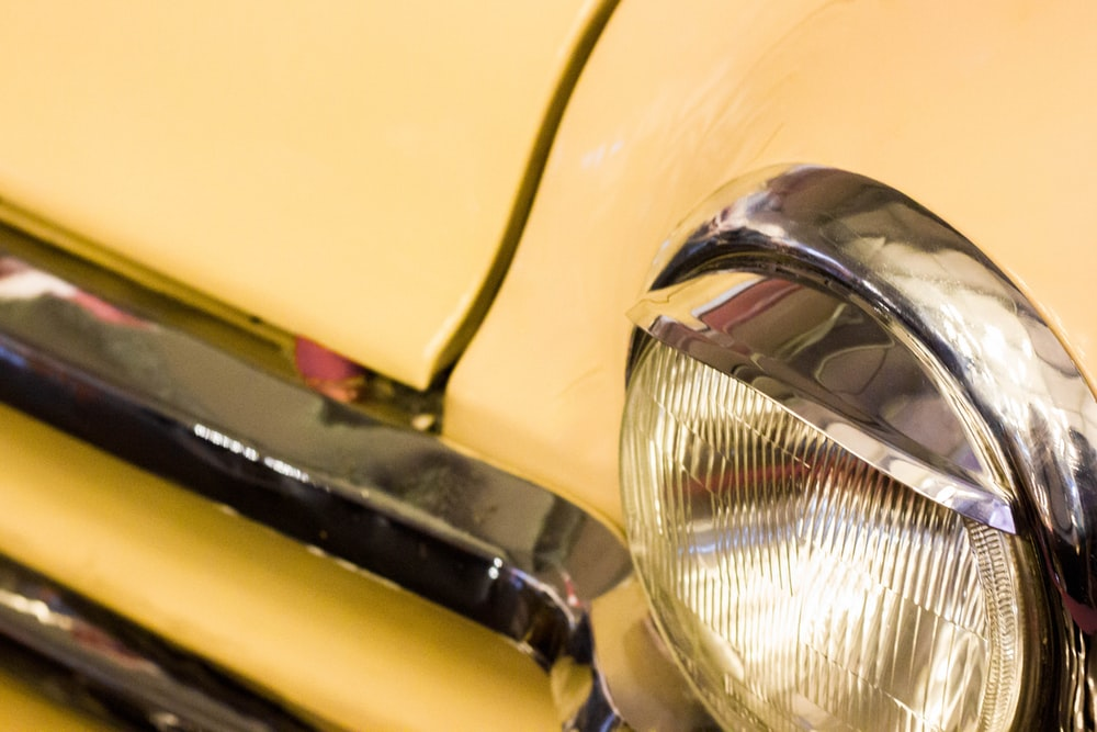 round gray vehicle headlight