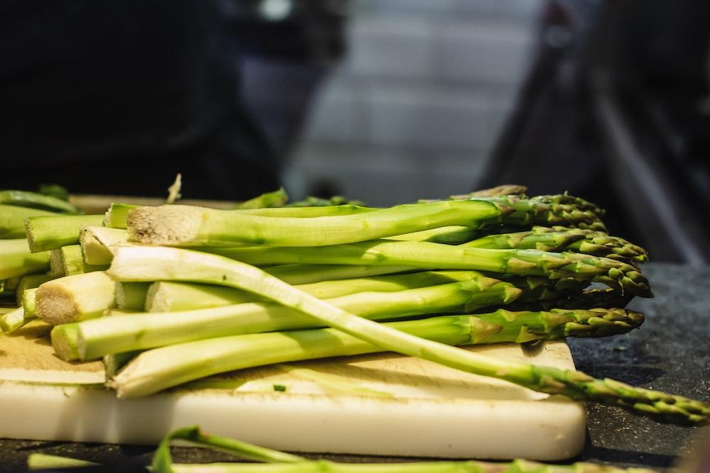 asparagus on chopping board