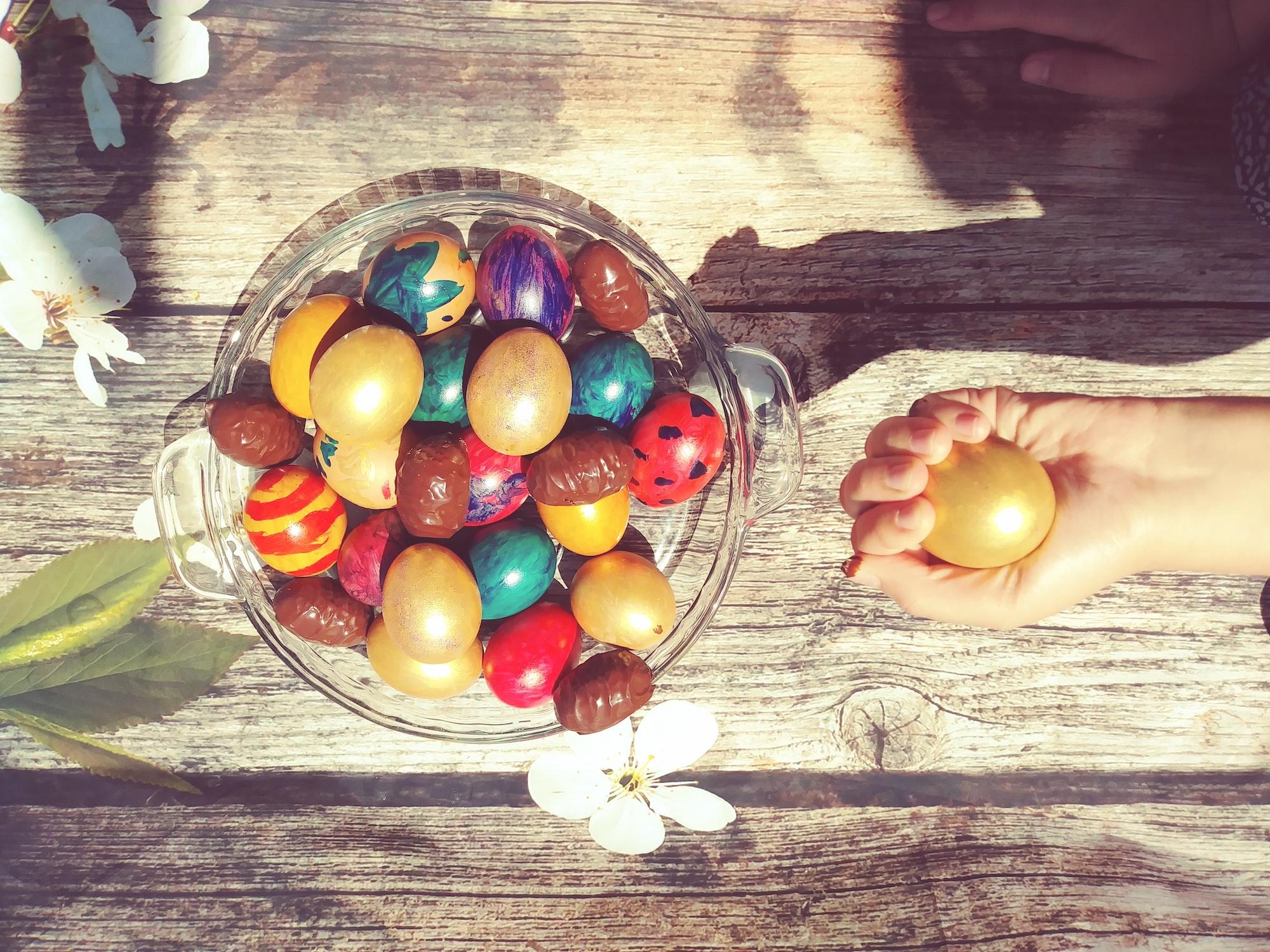 Как сделать рисунок на пасхальных яйцах?