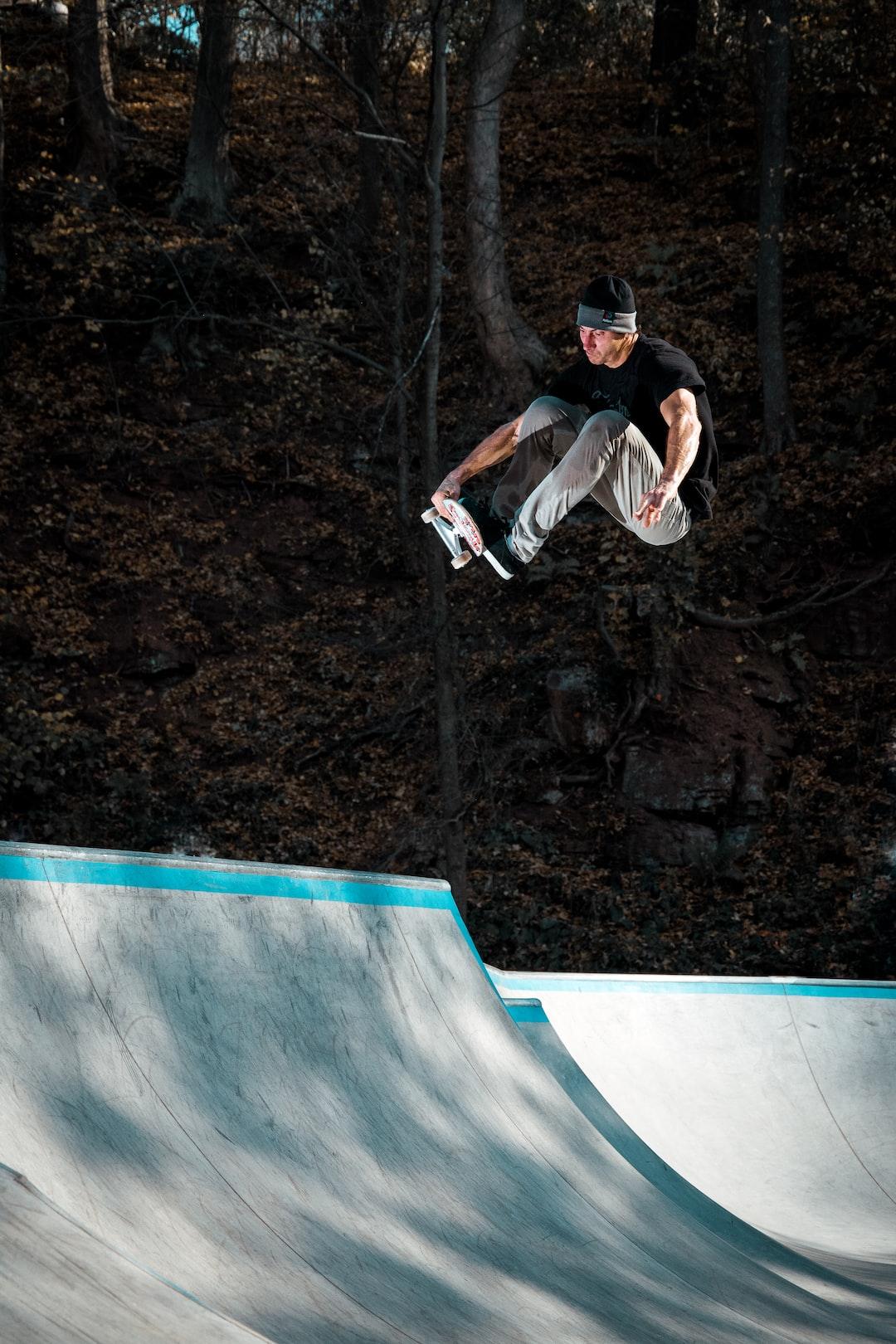 Skateboarder Jan Tomšovský doing fs indy grab transfer over the hip in bowl ;-)