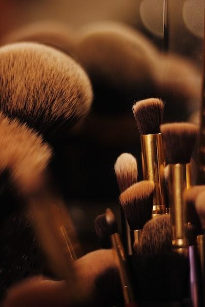 brown makeup brush lo