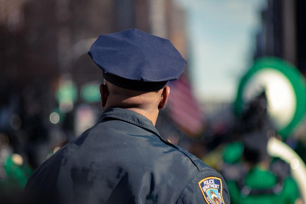 警察の制服を着た男セレクティブフォーカス写真