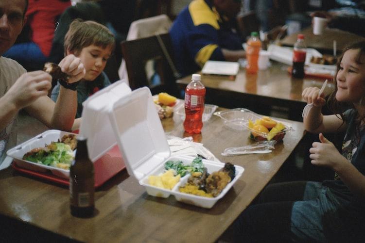 Des enfants qui prennent leur déjeuner à l'école. | Photo : Unsplash