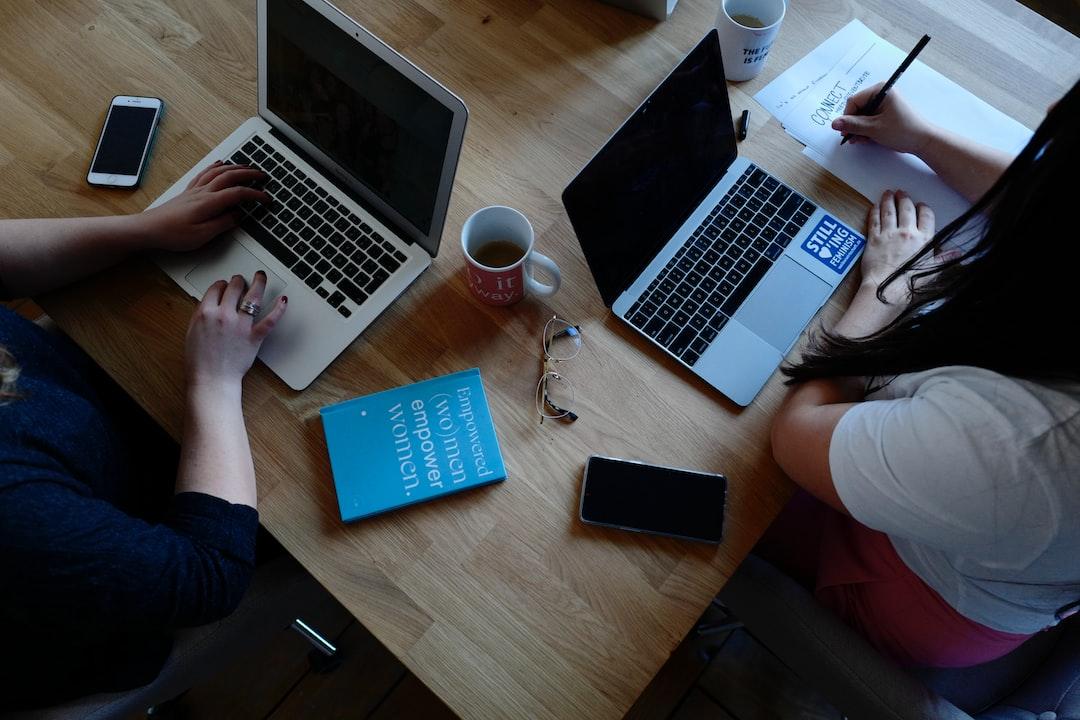 Os espaços de coworking permitem a troca de conhecimentos, aumentando a inovação e a produtividade.
