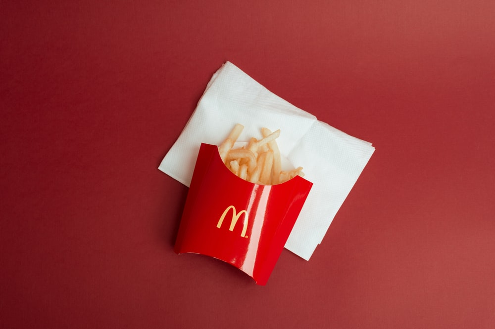 french fries with tissue close-up photography