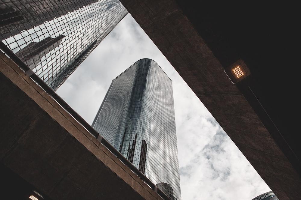 grey high-rise concrete building