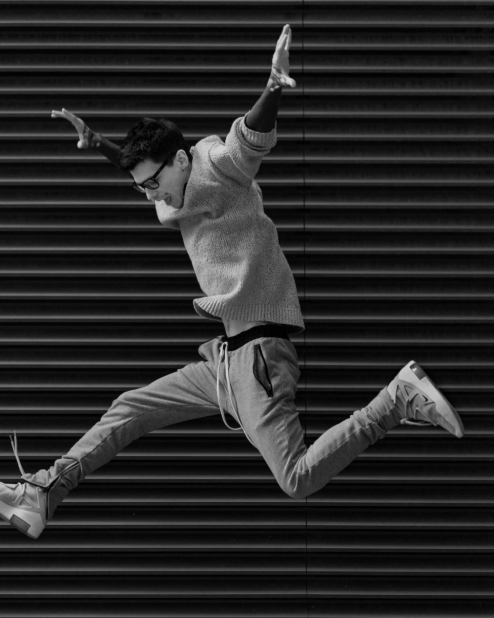 ジャンプする人のグレースケール写真