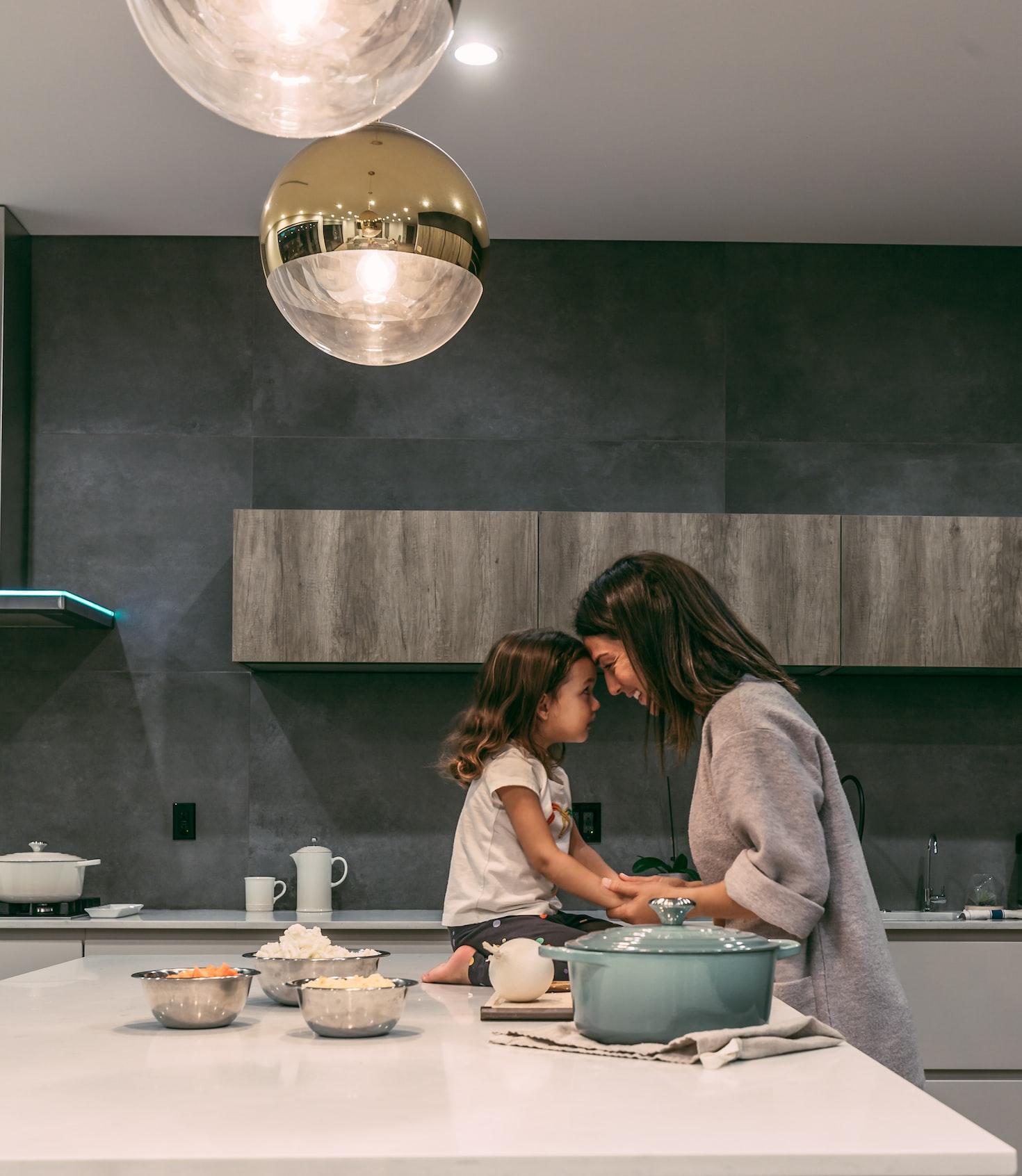 Donna in cucina con sua figlia