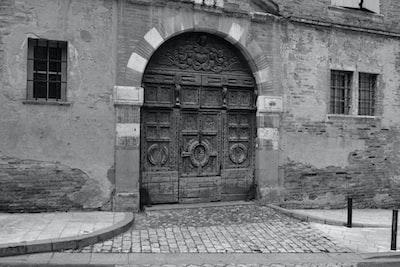 Gaillac, Portail de l'Hôtel Druilhet d'Yversen (XVIème siècle) – Inscrit MH  Construction au départ résidence des chanoines de l'Abbaye Saint-Michel puis celle de la famille de Druilhet, juges de la judicature d'Albigeois (depuis 1643), avant d'être, par alliance, l'Hôtel de la famille d'Yversen (en 1769).  Le portail, également du XVIème siècle, est en chêne sculpté avec un tympan à décor de parchemin découpé.