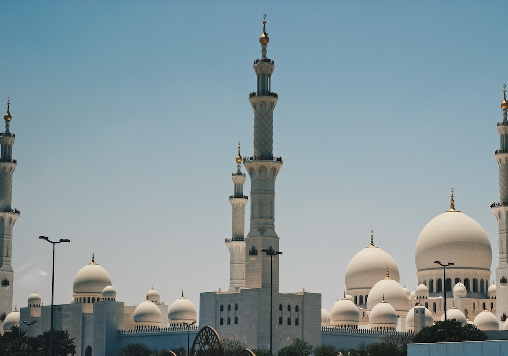 white mosque photo during daytime