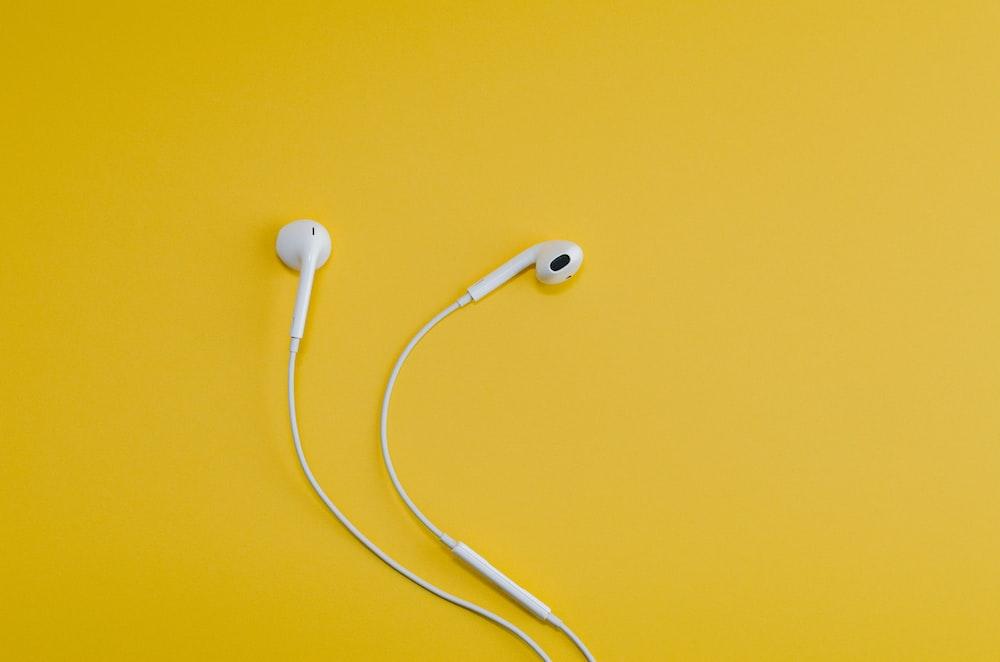 黄色の表面にApple EarPods