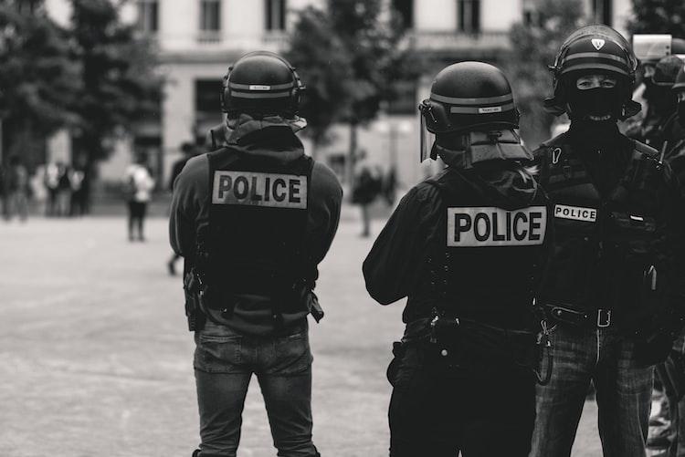 Un image montrant des policiers.   Photo : Unsplash