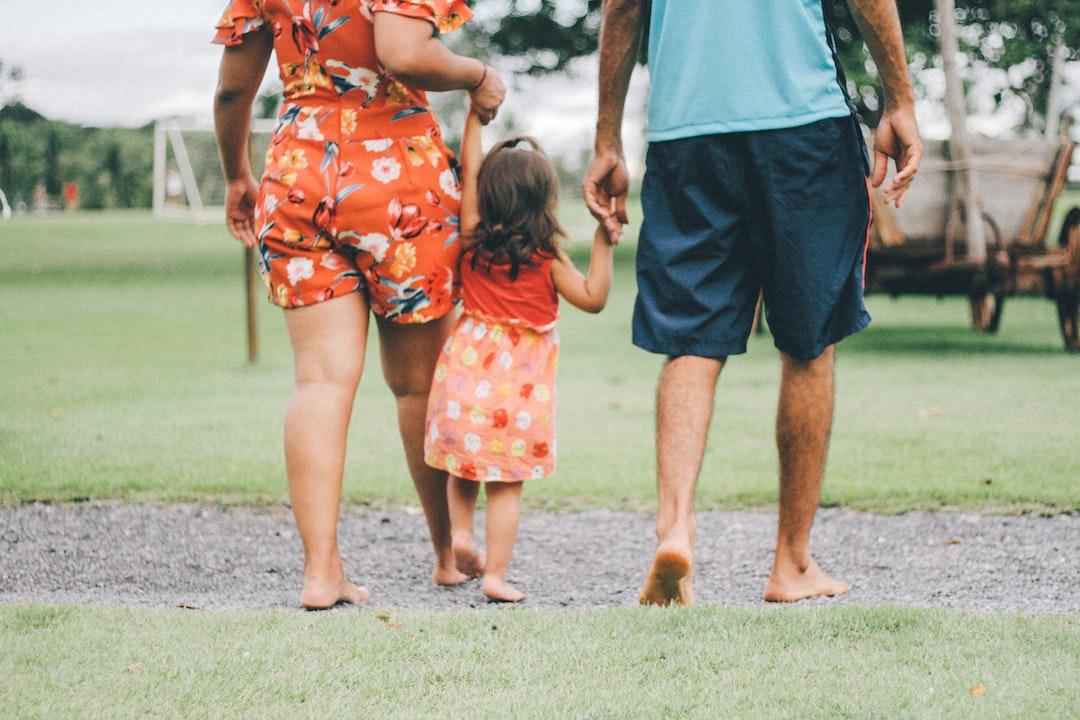 familia andando por el parque