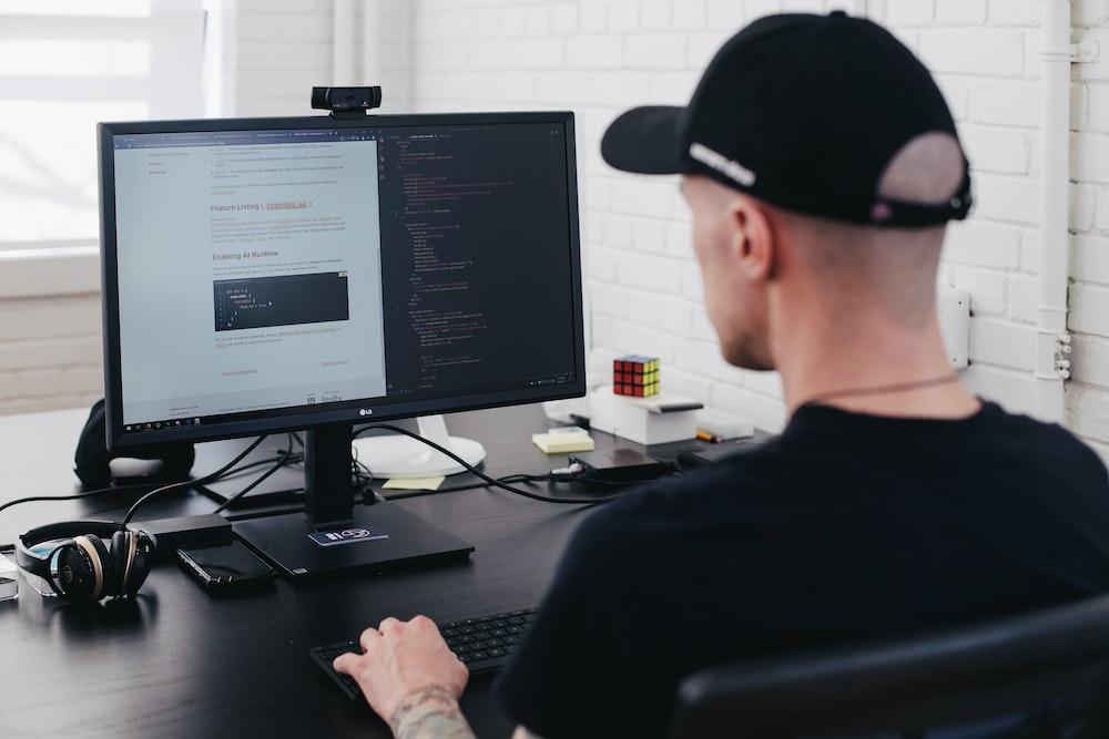 コンピューターに直面している男