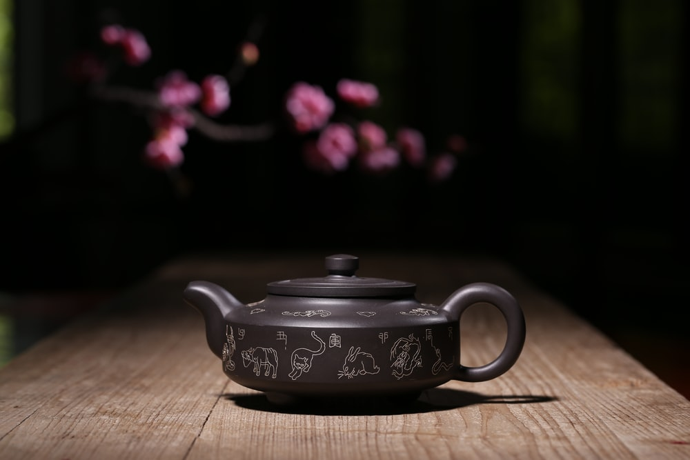 shallow focus photography of gray and white teapot