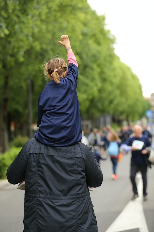 man carrying girl at daytime