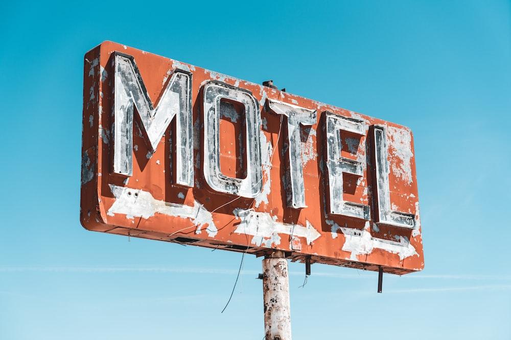 rusting Motel signage during daytime