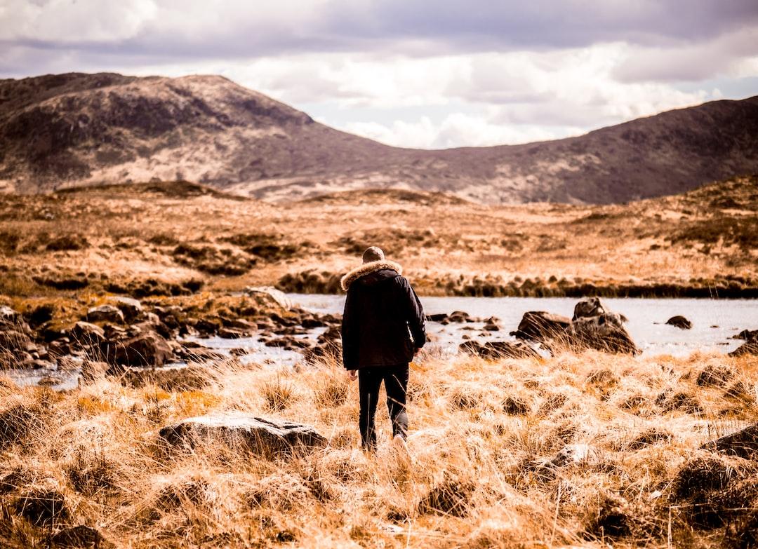 Mann alleine in Wildnis