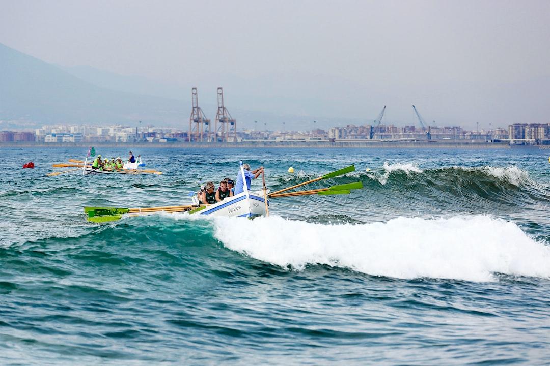 Regata de barcas de jábega de las Tres Millas celebrada en las playas de El Palo de Málaga, con fuerte oleaje.