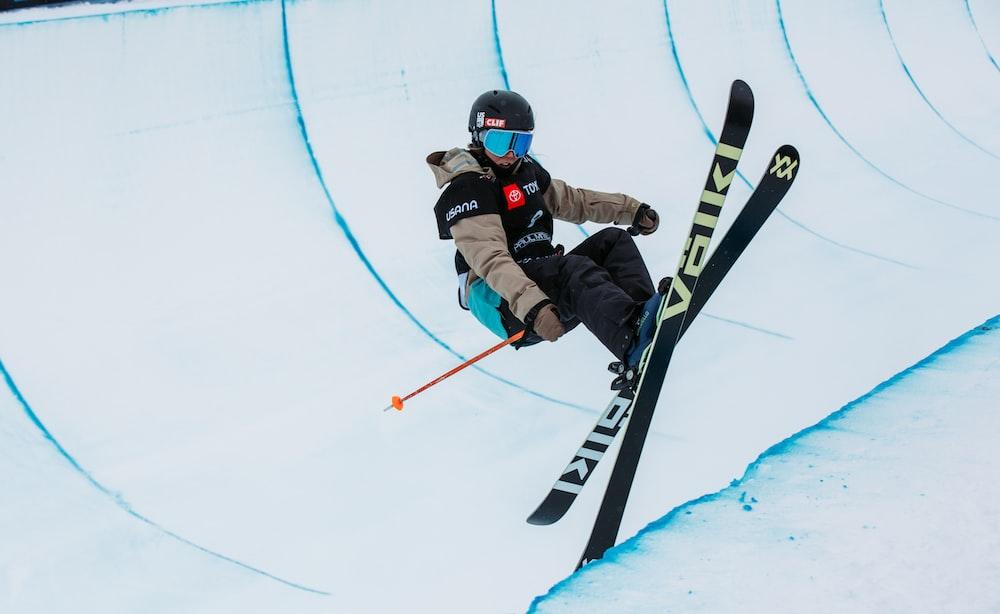 man skiing at daytime