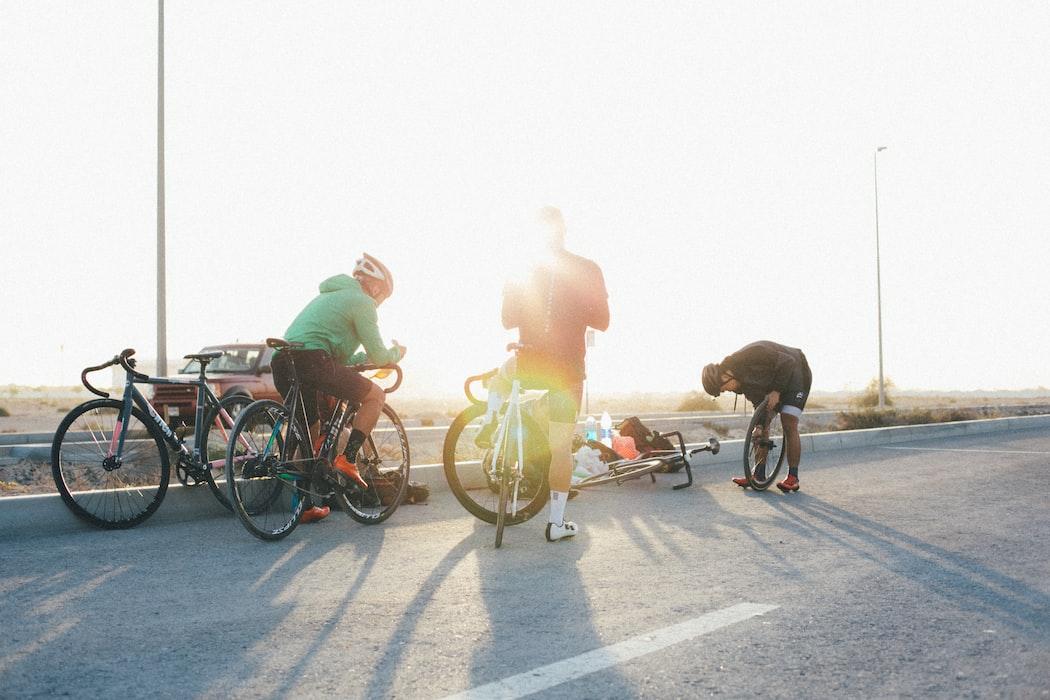 Bike Crew bei Sonnenuntergang am Straßenrand