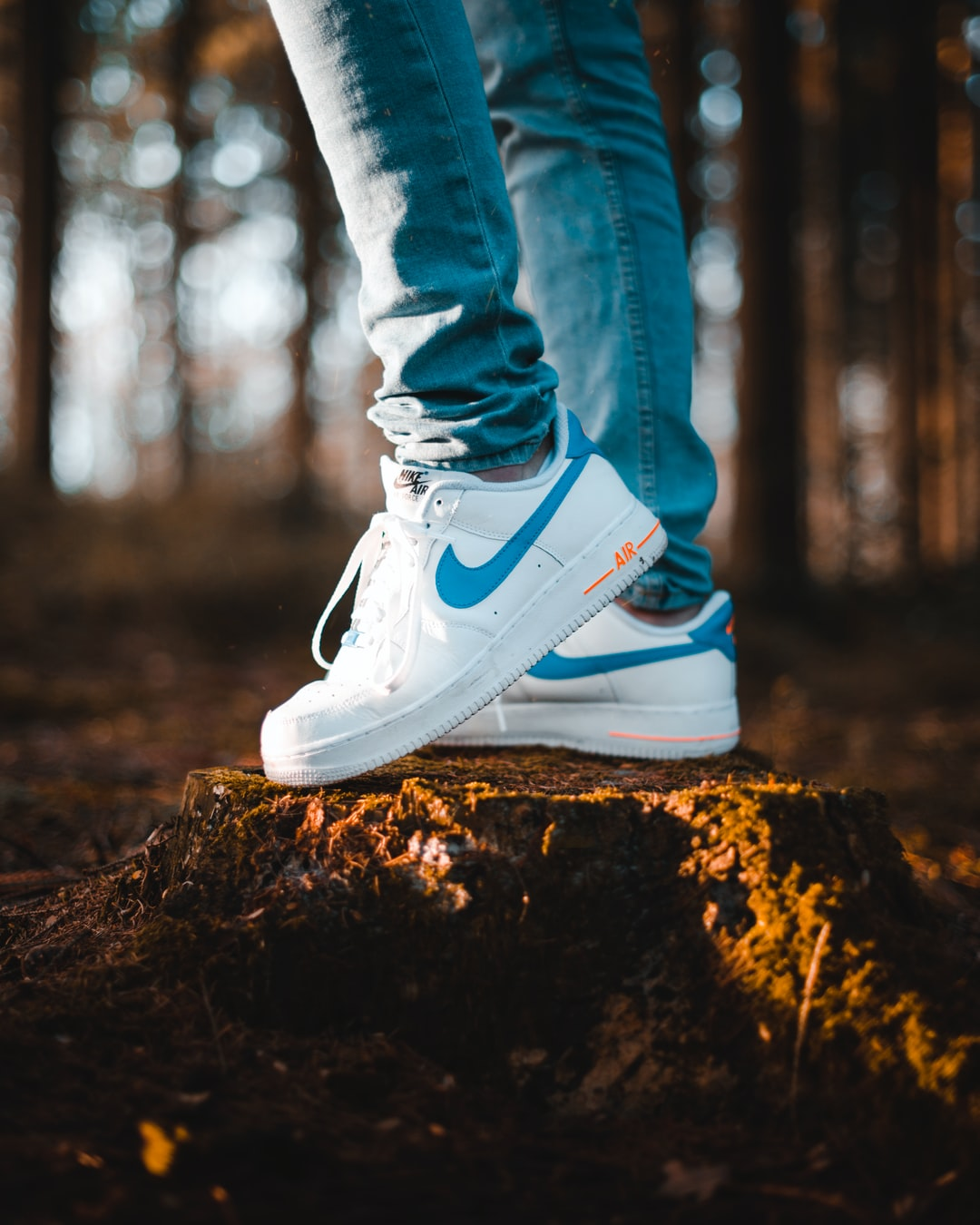 przybywa moda sprzedawane na całym świecie person wearing blue denim jeans and white Nike Air Max shoes ...