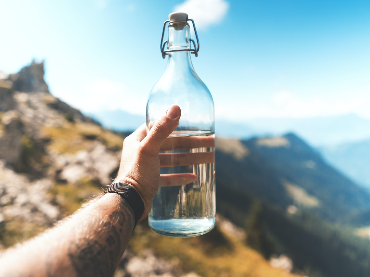 detectar la deshidratación, vídeos de Tik Tok, person holding empty clear glass bottle