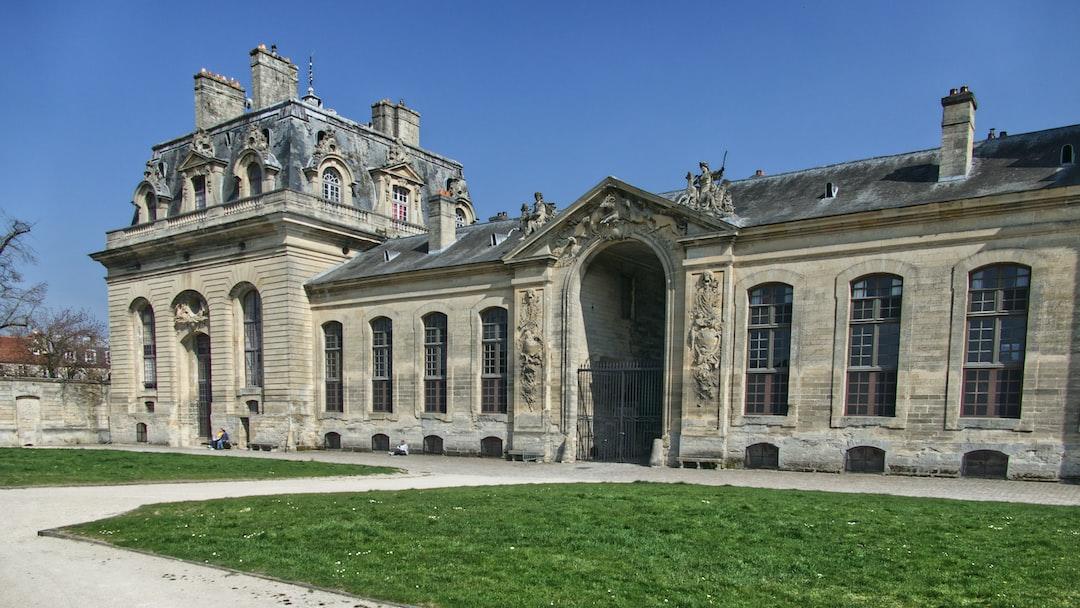 Porte arrière du musée du cheval à Chantilly