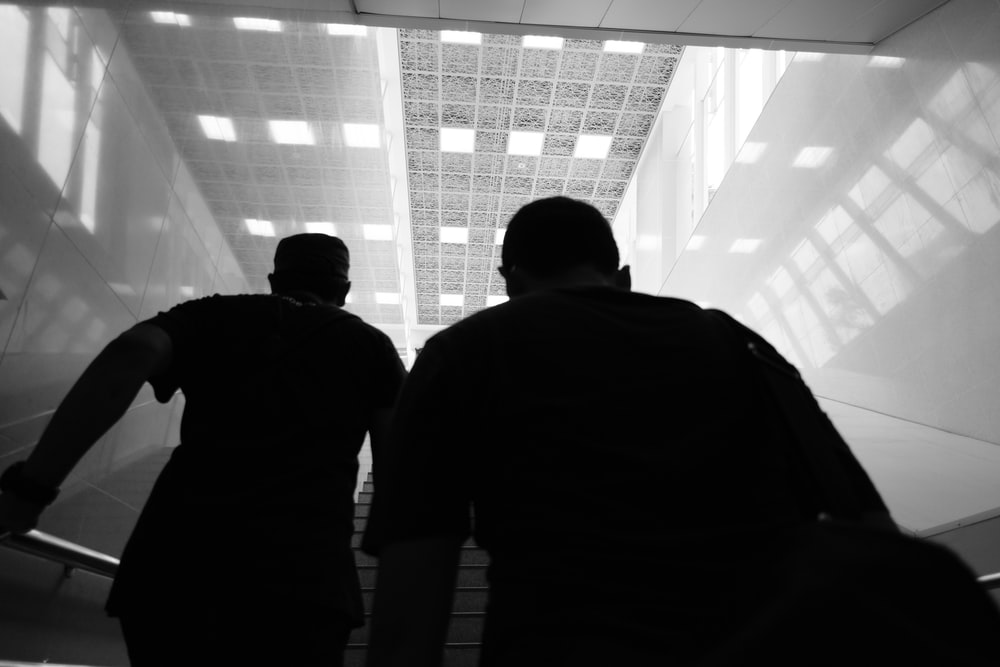 建物の中を歩いている二人