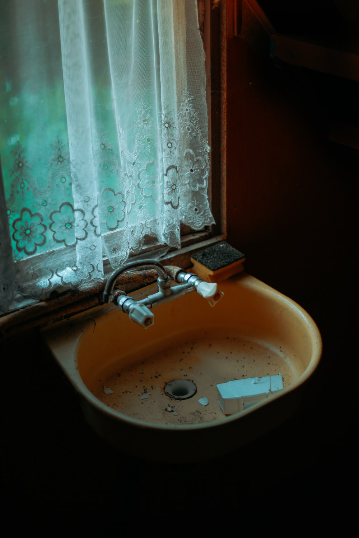 brown ceramic sink