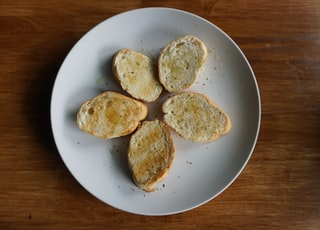 five sliced breads on round plate