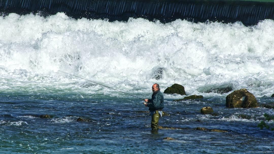 Pêcheur en eaux vives au barrage de Noisiel