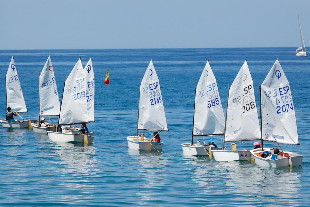 Aprendiendo a navegar en la Escuela de Vela Ligera del Real Club el Candado de Málaga en un dia precioso pero tal vez con muy poco viento.