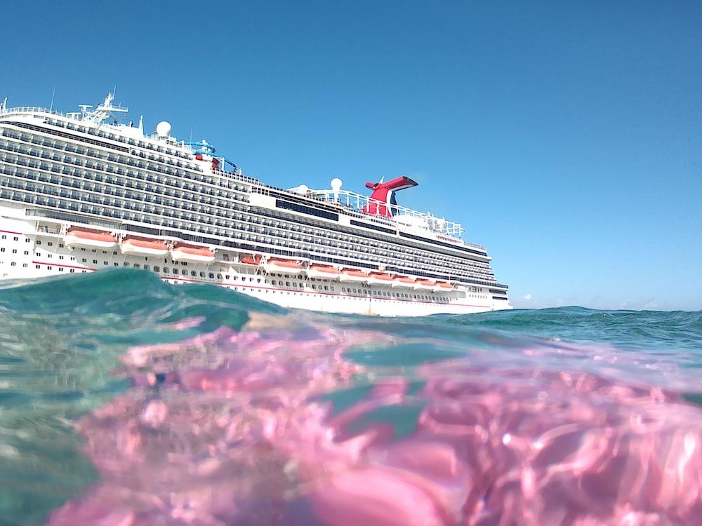 cruise ship during daytim