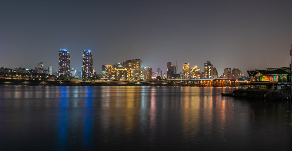 city near body of wter